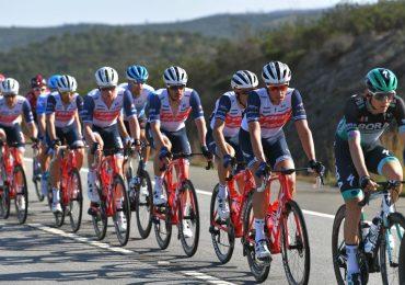 Compagni di squadra di Trek-Segafredo si schiantano inaspettati angoli di ghiaia a Volta ao Algarve