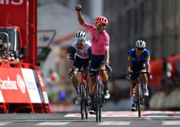 Cort saluta Craddock e il direttore sportivo dopo la terza vittoria di tappa alla Vuelta a España